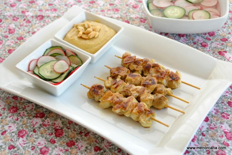 Satay de pollo con salsa de cacahuetes (brochetas)