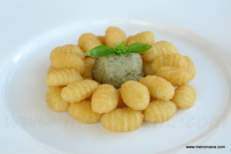 Gnocchi fritos con pesto de nueces