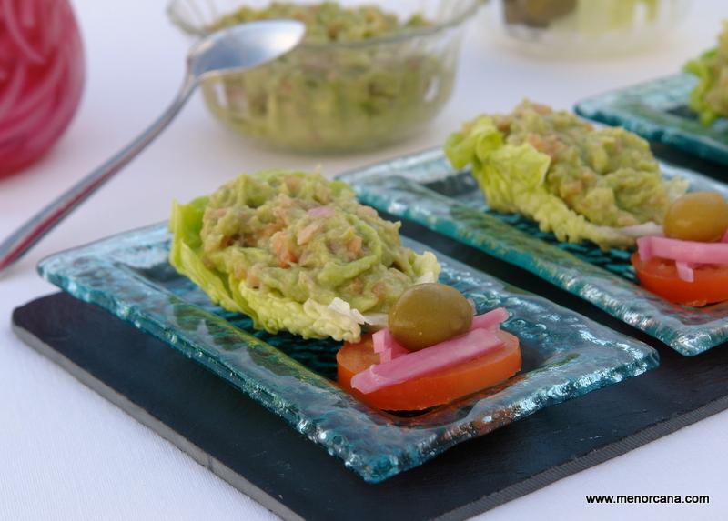 Barquitas de lechuga con guacamole de atún