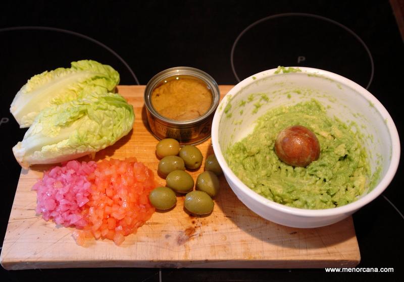 como hacer barquitas de lechuga con guacamole de atún