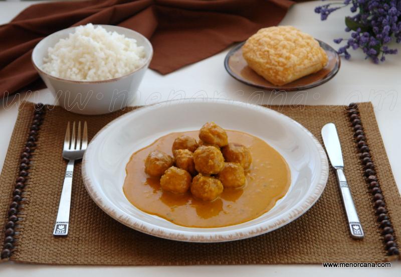 Curry cremoso con albóndigas de pavo